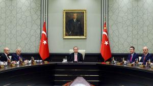 President Recep Tayyip Erdoğan leder ett regeringsmöte i Ankara. På väggen porträtt av det moderna Turkiets grundare Kemal Atatürk