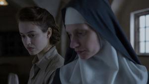 Läkaren Mathilde (Lou de Laâge) och nunnan Maria (Agata Buzek) står sida vid sida.