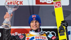 Daniel André Tande firar sin seger efter tävlingen i Innsbruck.