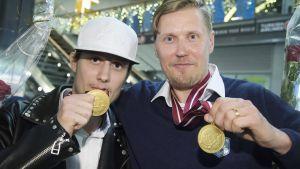 Peter Kotilainen och Mika Kohonen visar upp sina VM-guld.