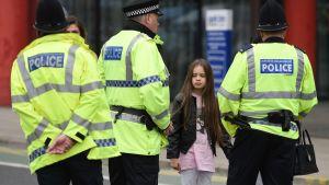 Polisen talar med personer som var närvarande under attacken.