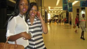 Zamambo Mkhize och Star Shabangu shoppar i det lyxiga varuhuset Sandton norr om Johannesburgs centrum.