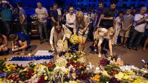 Folk lägger blommor vid den holländska ambassaden i Kiev