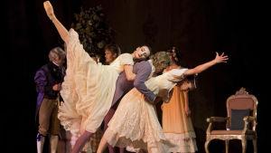 Desislava Stoeva som Tatjana,Sergei Popov som Furst Gremin och Maria Baranova som Olga