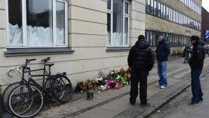 Blommor och ljus där gärningsmannen sköts ihjäl i Köpenhamn
