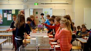 I Kållby-Heimbacka skola ber eleverna bordsbön innan de går till matsalen.