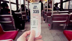 Turisti matkalippu kädessä.