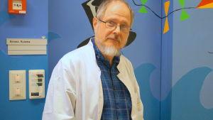 Överläkare Kimmo Kuisma säger att alkoholproblem bland äldre är en tickande bomb.