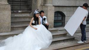 Brudpar på trappa i Hong Kong