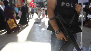 Polis i Istanbul vaktar ett torg efter det misslyckade kuppförsöket den 15 juli 2016.