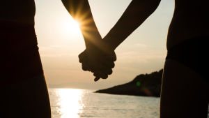 Siluett av ett par som håller varandra i handen