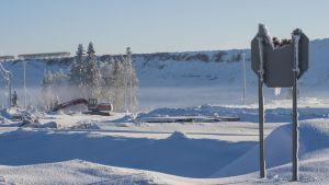 Nickelgruvan i Talvivaara med en trasig stoppskylt.