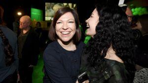 Anni Sinnemäki och Emma Kari, glada på De grönas valvaka.