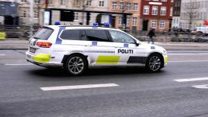 Flickan på väg till rättegången i polisbil.