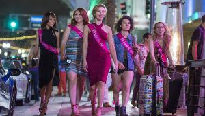Fem tuffa tjejer på stan i Sex & The City-anda.