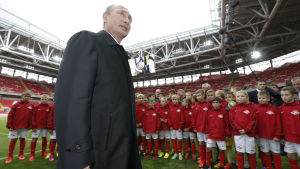 Vladimir Putin talar med unga fotbollsspelare i Moskva