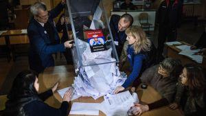 Rösträkning i Donetsk den 2 november 2014.