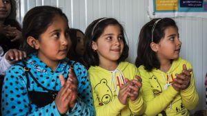 Flyktinglägret i Baharka har inga regelrätta skolor med erbjuder barnen skolliknande verksamhet som ger dem möjlighet att leka och lära sig. Tyvärr får inte alla barn rum i de små klassrummen.