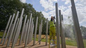 Ett minnesmonument för de döda och skadade i terroratacken 7.7.2005 rengörs i Hyde Park, London.
