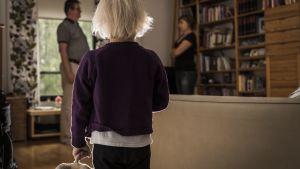 barn som tittar på föräldrarna