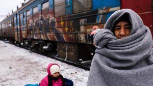 En flykting på järnvägsstationen i Presevo, Serbien 19.1.2015