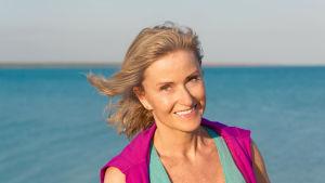 Porträtt på en författaren Sanna Ehdin vid havet.