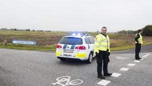 Polisbevakning efter bombhot mot Roskilde flygplats.