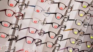 Optikkoliike silmälasien kehyksiä.