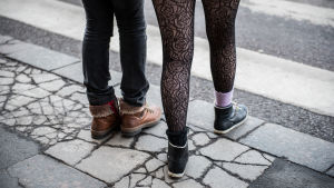 Tuntemattomien nuorten jalat.