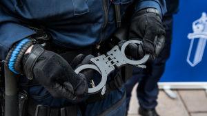 Poliisi käsiraudat