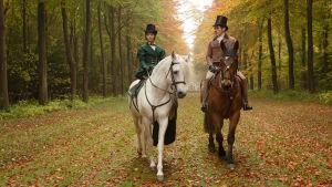 Kuningatar Viktoria ja lordi Melbourne ratsastavat syksyisessä metsässä.