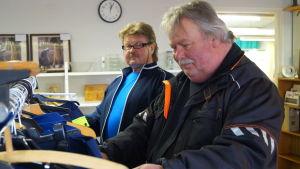 Tommy Forsell och Sten Holmbäck kollar in sortimentet på loppiser.
