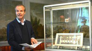 Filip Linder visar mynt från Svartå bruk.