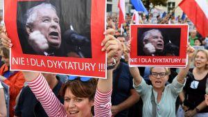 """""""Nej till diktatur"""" står det på de här demonstranternas plakat, som föreställer Jarosław Kaczyński. Warszawa 23.7.2017."""