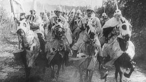 Ku Klux Klanin miehet ratsastavat. Kuva D.W. Griffithin elokuvasta Kansakunnan synty (1915). Yksi Elämää suuremmat elokuvat -radiosarjassa käsitellyistä elokuvista.