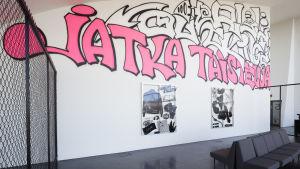 """Väggmålning, """"Jatka taistelua, som en del av Ilja Karilampis allkonstverk, Pääkaupunki"""