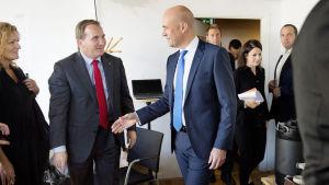 Stefan Löfven och Fredrik Reinfeldt skakar hand före en partiledardebatt den 5 september 2014.