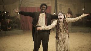 James Thiérrée och Omar Sy tar emot publikens applåder i cirkusmanegen.