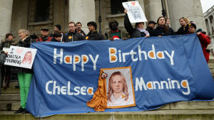 Demonstranter i London kräver att USA friger den amerikanska soldaten Chelsea Manning. Chelsea hette ursprungligen Bradley och dömdes år 2013 till 35 års fängelse för att ha läckt sekretessbelagda handlingar via Wikileaks.