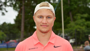 Teemu Pulkkinen poserar i samband med en tennisturnering.