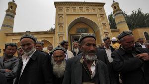 uigurer vid moské i xinjiang