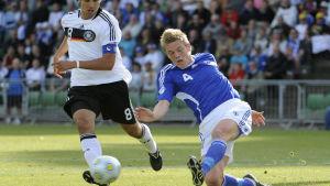 Sami Khedira och Jonas Portin kämpar om bollen vid U21-EM 2009.