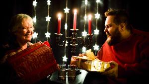 Stan Saanila och Pia Abrahamsson sitter vid ett juldekorerat bord.