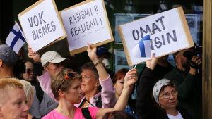 Suomi ensin mielenosoitus Helsingin Itäkeskuksessa