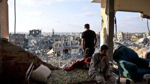 Två palestiniska män i norra Gaza har valt att stanna kvar i sitt hems ruiner.