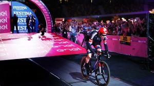 Tom Dumoulin vann första etappen av Giro d'Italia.