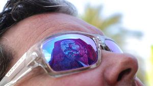 Person som bär reflekterande solglasögon.