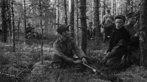 Vetäytyviä miehiä metsässä 14.6.1944