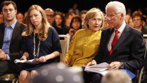 Bill och Hillary clinton med dottern Chelsea och hennes man  Marc Mezvinsky