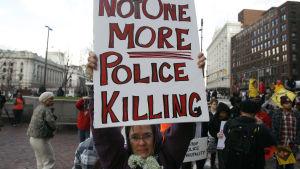 Demonstranter i Cleveland protesterar mot att poilsen skjutit ihjäl en tolvåring i staden.